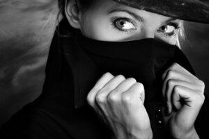 Frau mit aufgestelltem Mantelkragen