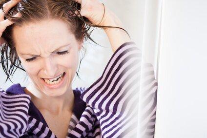 Frau wäscht sich ihr Haar