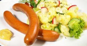 Kartoffelsalat in verschiedenen varianten mit Würstchen