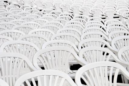 Leere Stühle im Open-Air-Kino