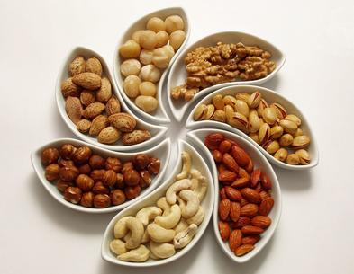 Sieben Sorten Nüsse in Schalen