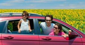 Eine Familie macht den Sommerurlaub mit dem Auto