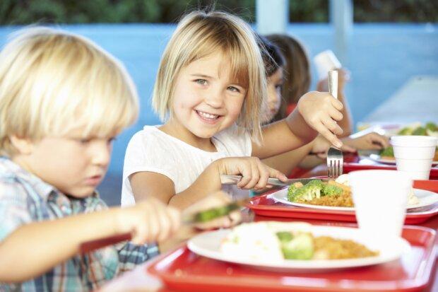 Kinder essen Mittag in der Schulkantine