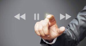 Männliche Hand drück Play