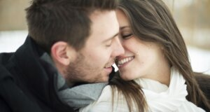 Küssen ist gesund. Junges Paar küsst sich