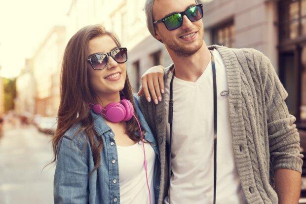 Glückliches junges Paar in der Stadt