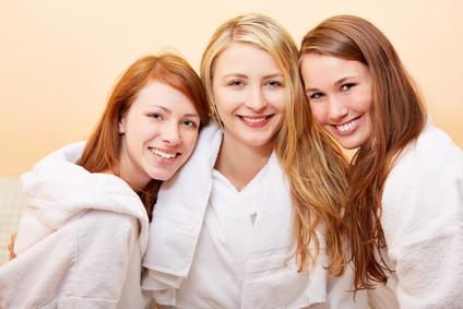 Drei lachende Frauen mit nassen Haaren