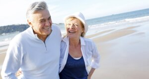 Fröhlich verliebtes älteres Ehepaar