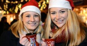 Zwei junge Frauen mit Glühwein in der Hand