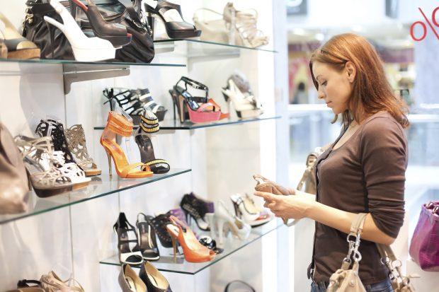 Frau kauft Schuhe