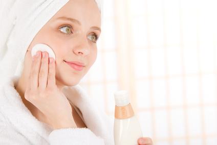 Junges Mädchen reinigt ihr Gesicht