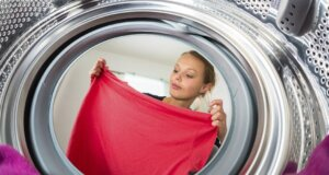 Nicht nur auf schwarzer Kleidung: So verhindern Sie Waschmittelflecken