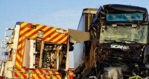 Unfall auf A2: Zwei Feuerwehrleute von Einsatzfahrzeug erschlagen